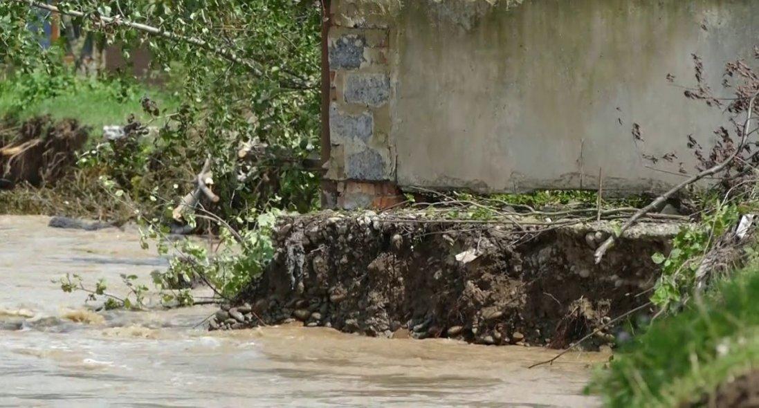 Вражаюче відео зсуву ґрунту в Карпатах