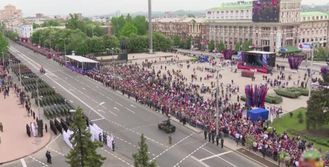 В Донецьку людей зігнали на парад під час пандемії коронавірусу