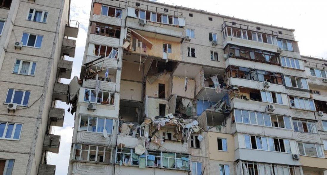 У Києві демонтують будинок, що вибухнув