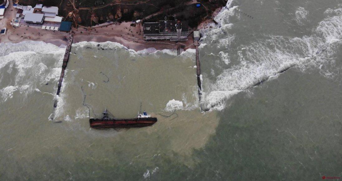 В Одесі через витік палива з танкера закрили пляж