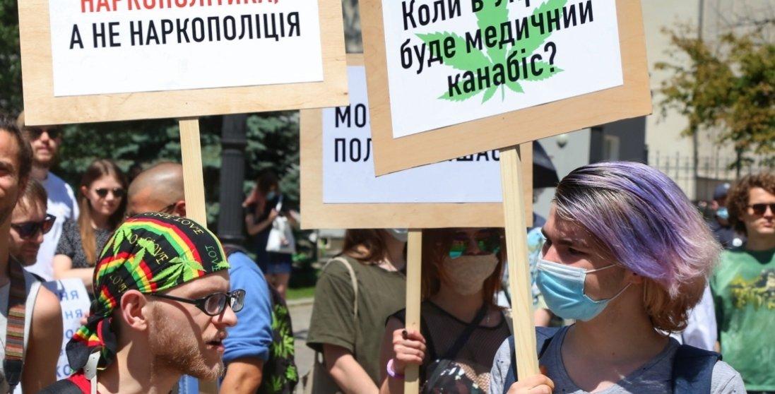 Життя без болю: під Офісом президента знову протести
