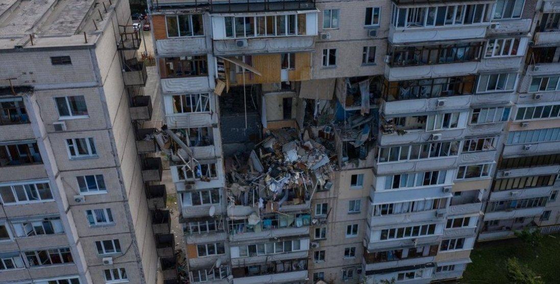 Знову Позняки: в багатоповерхівці біля місця вибуху спалахнула пожежа