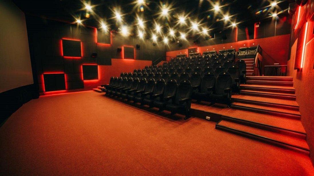 Які фільми покажуть  у кінотеатрах  цього місяця