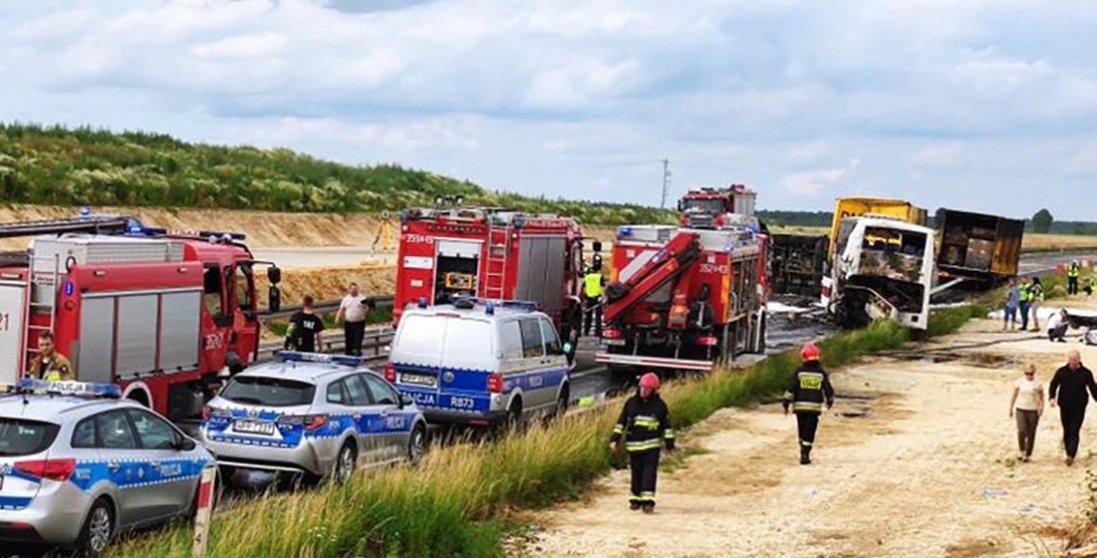 У Польщі 2 вантажівки врізалися в автобус з українцями