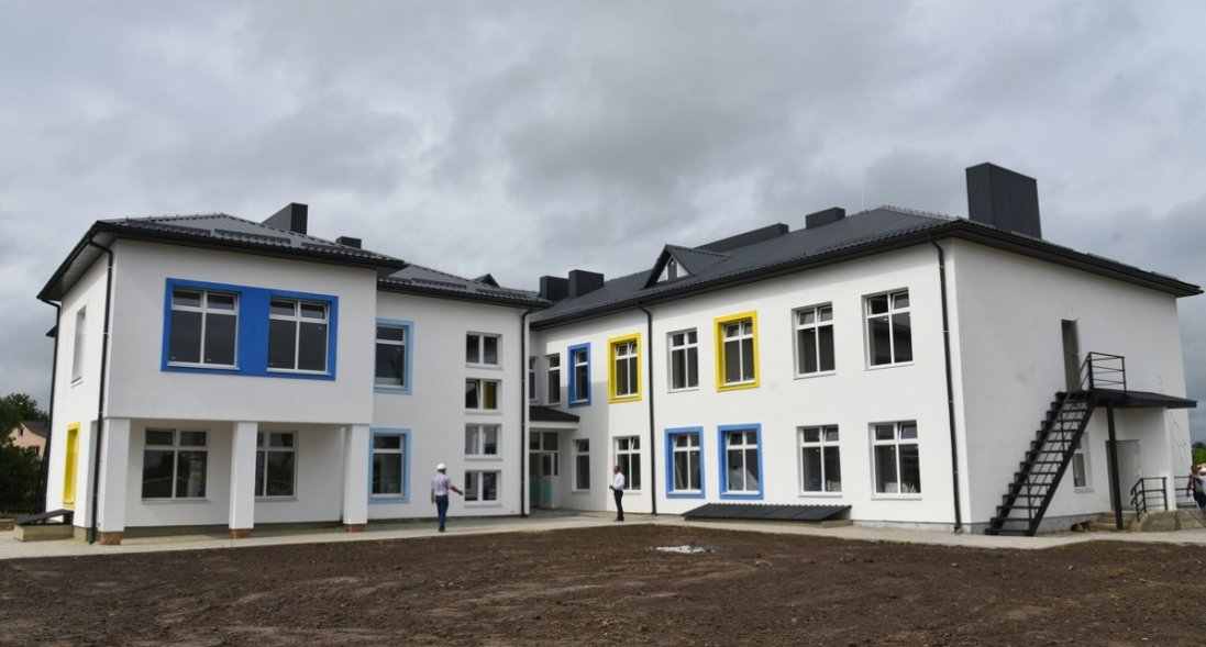 «Приємно вражений виконаною роботою», — міністр Чернишов проінспектував будівництво дитсадка біля Луцька