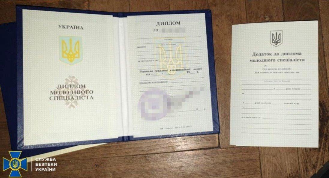 В Україні викрили осіб, які підроблювали дипломи для бойовиків «ДНР»