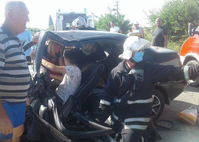 Чоловіка заблокованого понівеченою автівкою витягнули рятувальники / Фото ДСНС