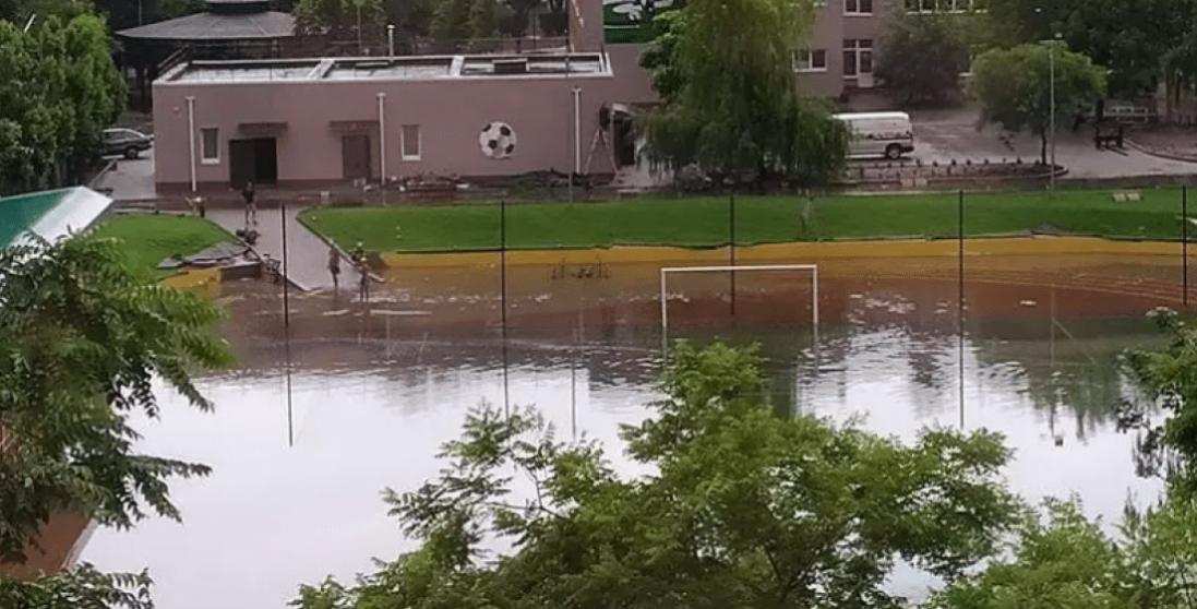 Стадіон, який відкрив Зеленський, «поплив»