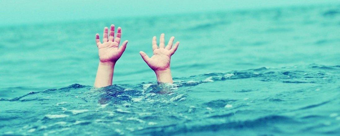 Схопив дитину і кинув на середині річки: голова РДА звинувачує поліцейського в спробі втопити дівчинку