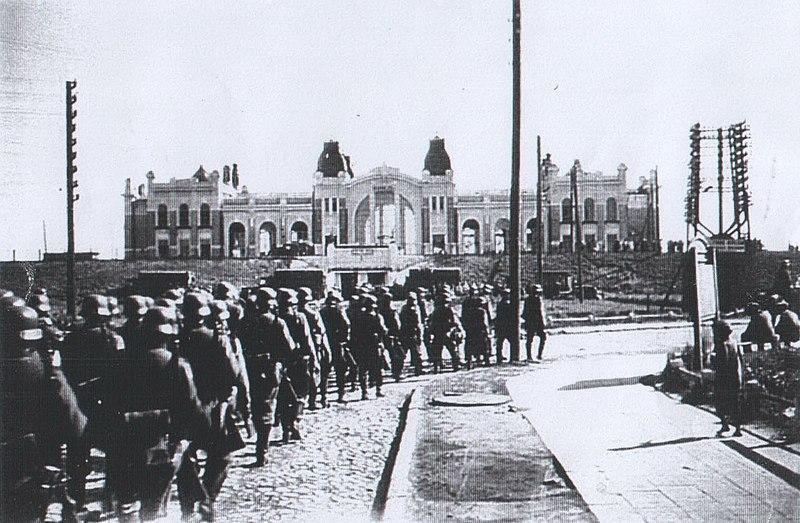 Німці йдуть біля ковельського вокзалу (1943 р.)
