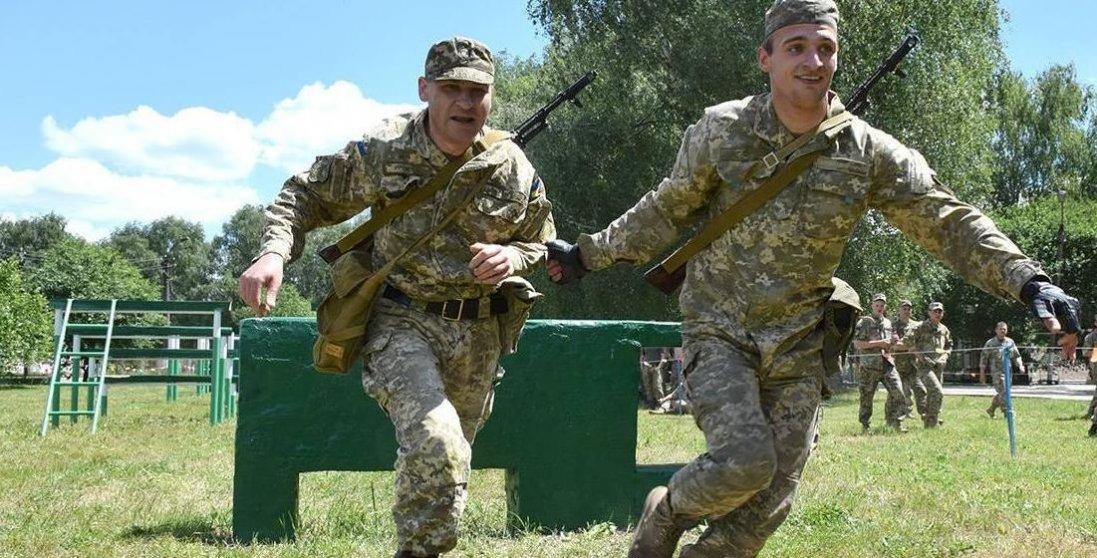 У Луцьку військові до приїзду Зеленського «озброїлися» віниками і виганяли воду з калюж