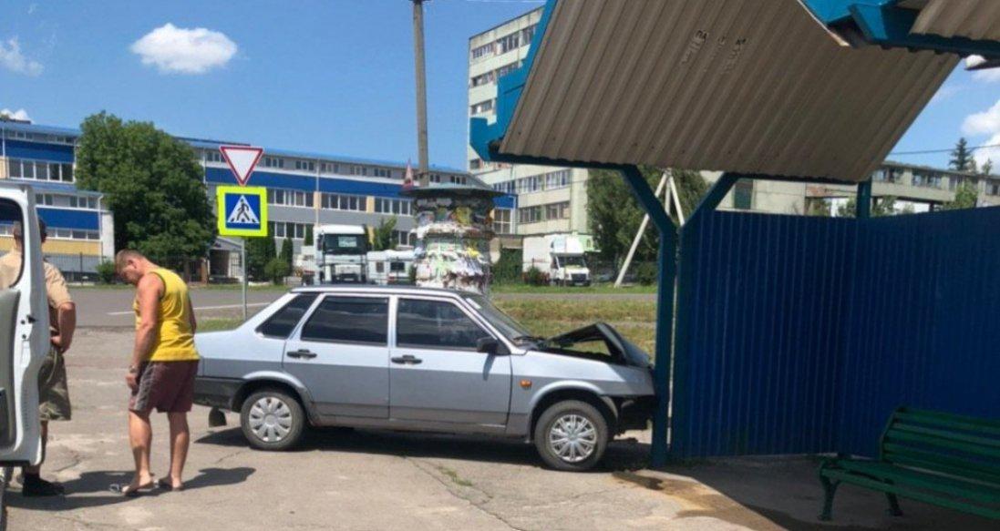 У Нововолинську авто в'їхало в зупинку