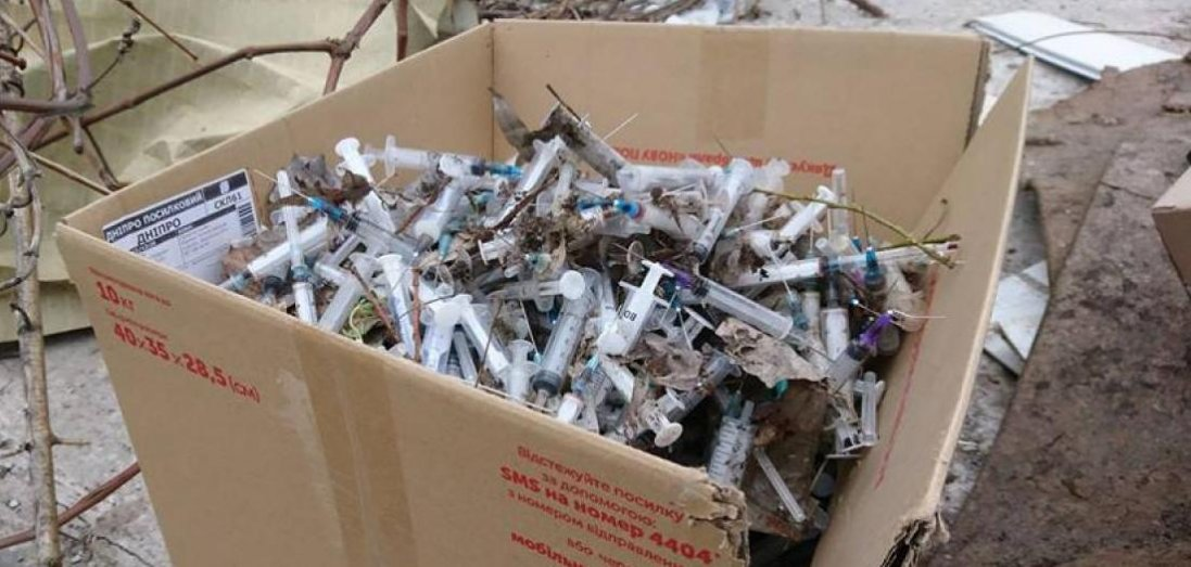 Тонни використаних шприців та масок: у Луцьку територію лабораторії закидали медичним сміттям