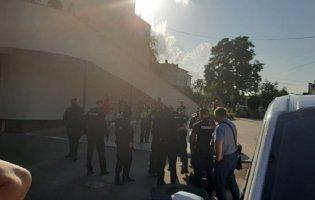 Чоловік однієї із заручниць намагався прорватись до захопленого у Луцьку автобуса