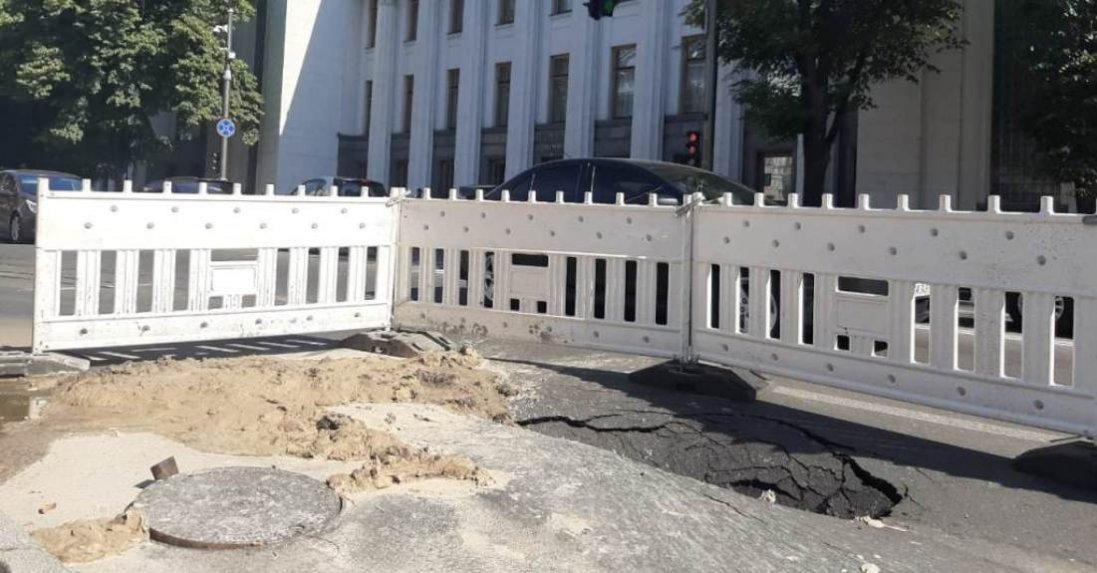 У Києві біля ВРУ на дорозі - величезна яма