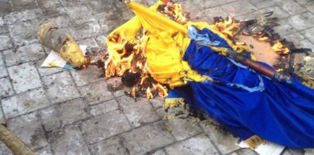 На Луганщині п'яний вандал публічно спалив український прапор: що йому загрожує