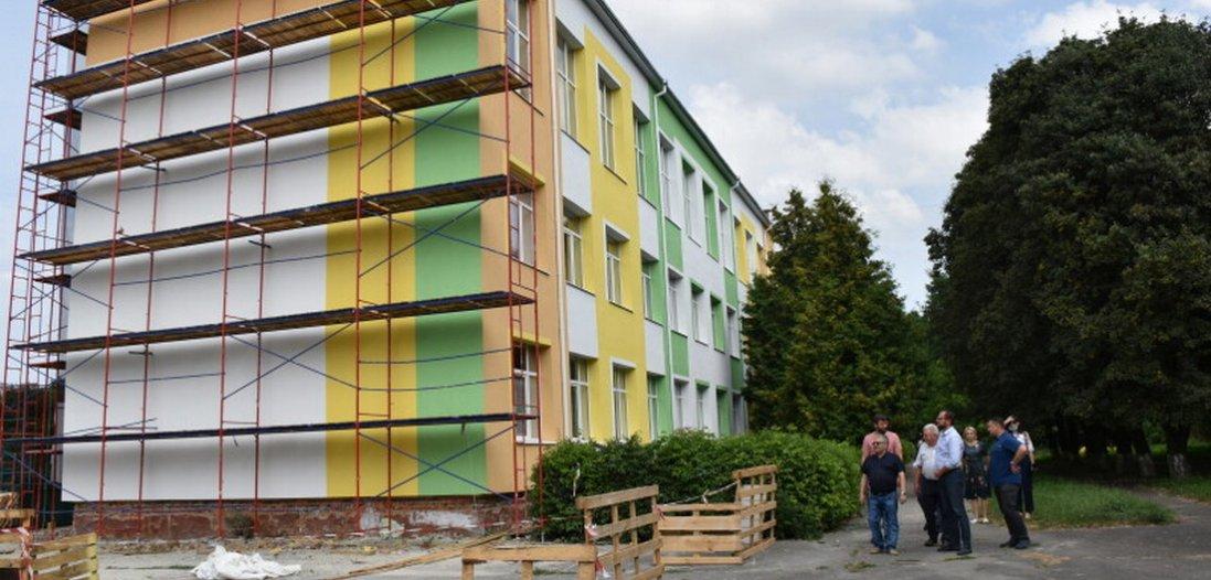Як ремонтують школу №15 в Луцьку