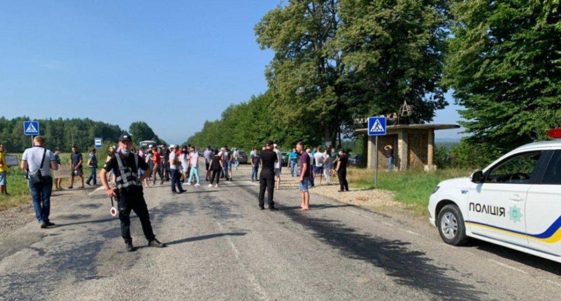 «Дорога в дуже жахливому стані»: на Франківщині через акцію протесту - затор