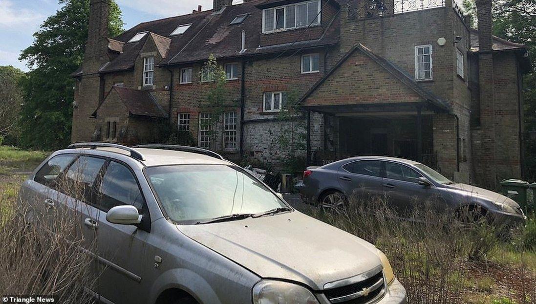 Розкішна знахідка: фото покинутого маєтку з купами елітних речей та автомобілями Bentley та Lexus