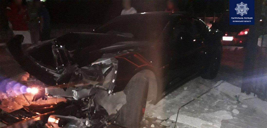 У Луцьку п'яний водій на Camaro втікав від поліції та протаранив паркан