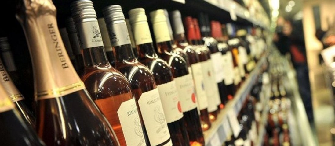 У Луцьку магазини спіймали на продажі «нічного» алкоголю
