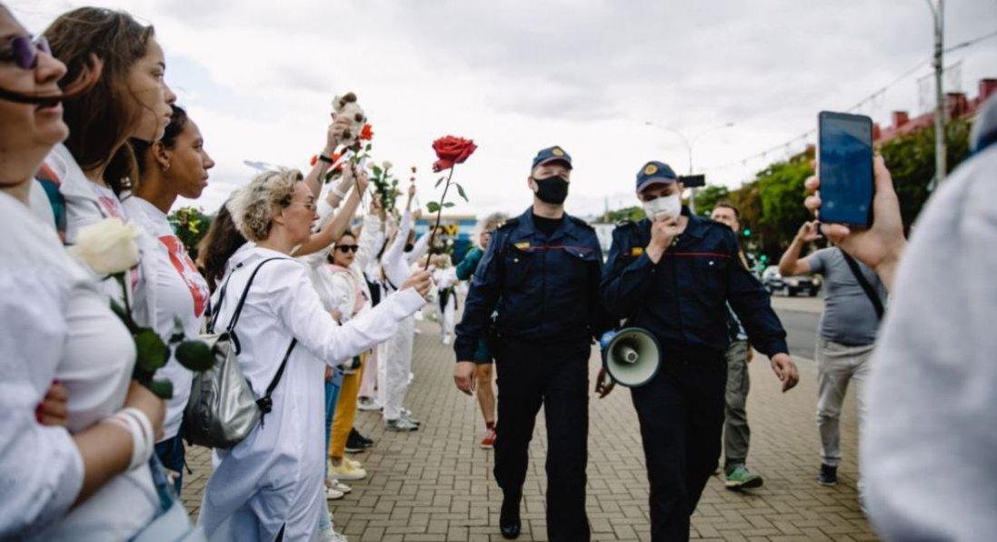У Білорусі жінки стали у «ланцюг солідарності»