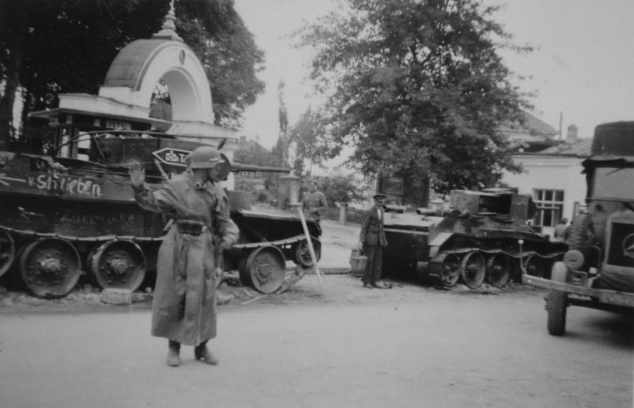 Німецькі танки біля Свято-Троїцького собору