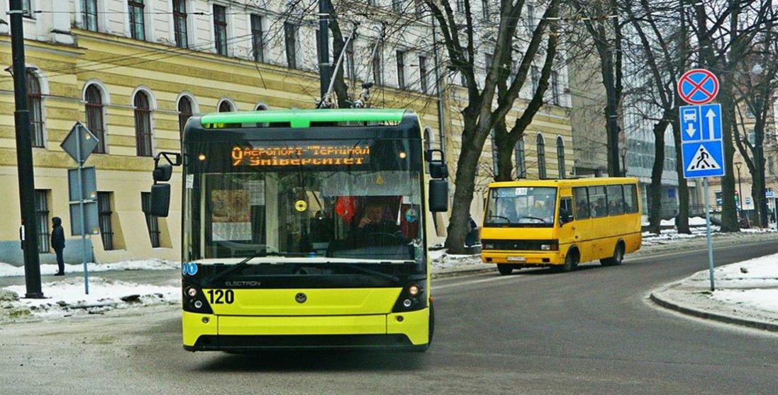 «Мені все одно, хто у вас загинув»: у Львові водій нахабно виганяв матір загиблого воїна АТО з маршрутки