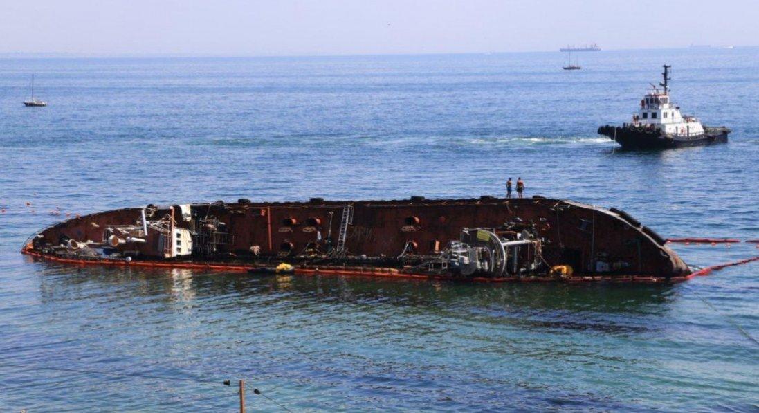 «Можна заплисти на човні»: у затонулому в Одесі танкері - величезна пробоїна