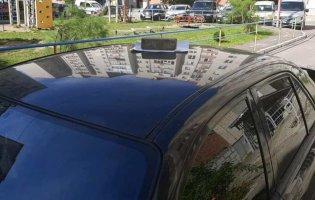 Цеглина на даху Mazda: як у Луцьку «покарали» за неправильне паркування