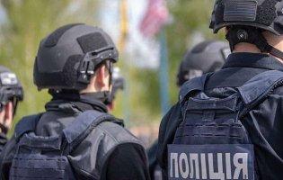 Поліцейський погрожував пістолетом жінкам з дитиною, бо ті не оділи маски