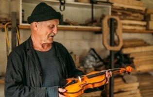 Був учителем і сільським головою, а на пенсії став українським Страдіварі