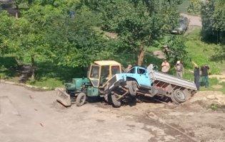У місті на Волині вантажівка під час ремонту теплотраси застрягла у ямі