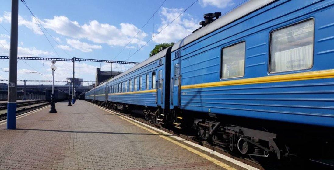 У Києві чоловік хотів на ходу застрибнути у потяг і ледве не звалився на рейки