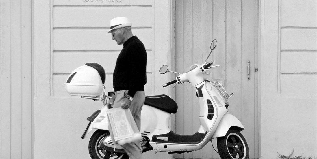 У 100 років їздить на мопеді, читає газети, кожного дня випиває 50 грамів вина