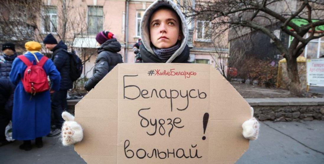 Видовищне відео: тисячі авто у Білорусі перекрили проспект у знак протесту