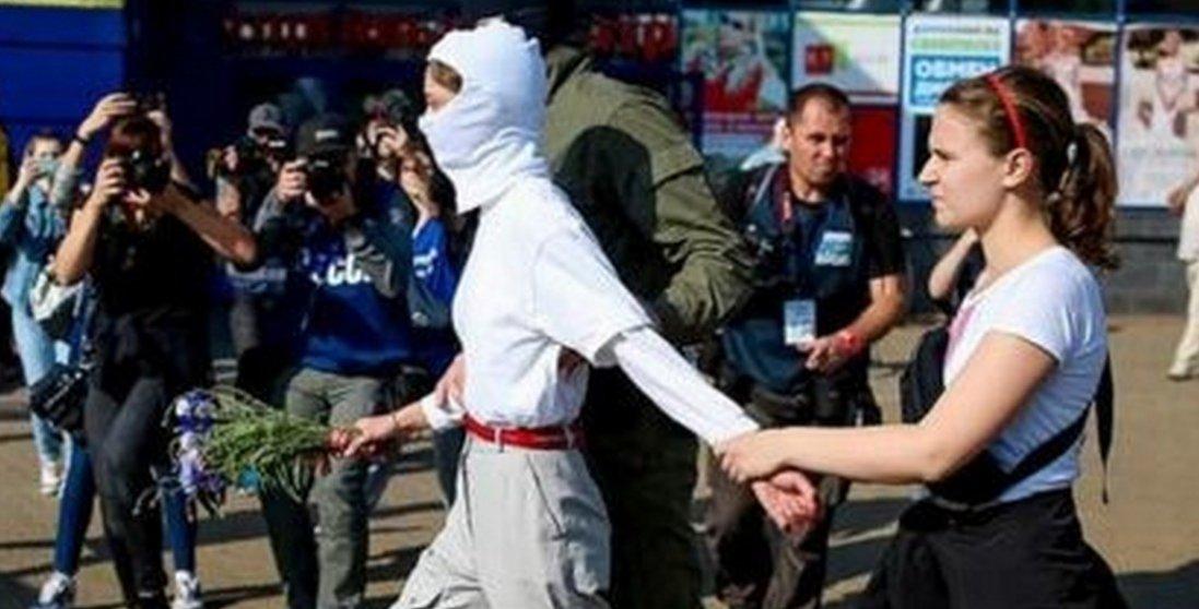 У Білорусі силовики затримують дівчат-демонстрантів