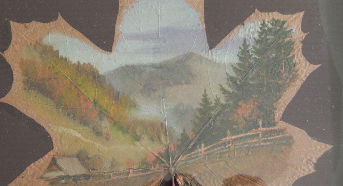Створює картини на листочках клена