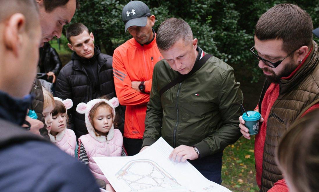 У парку за луцьким РАЦСом встановлять дитячий майданчик. ФОТО