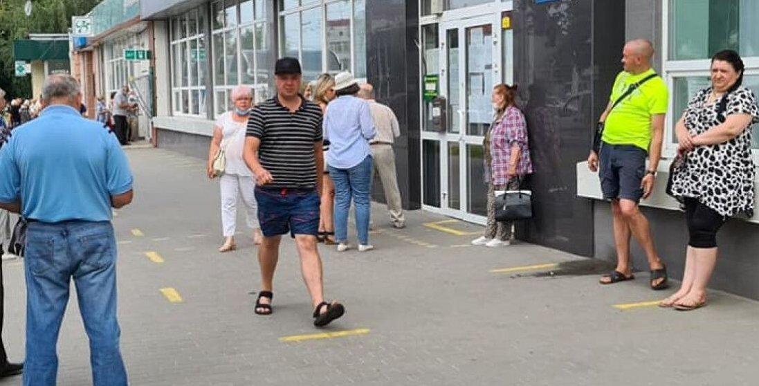 Чому в Луцьку біля пенсійного фонду постійні черги