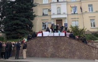 Під мерією Луцька протестують медики пологового