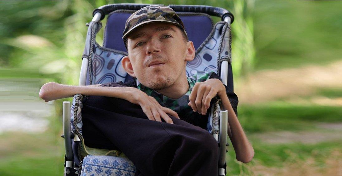 Жахлива хвороба не заважає чоловіку допомагати сиротам і бійцям ООС