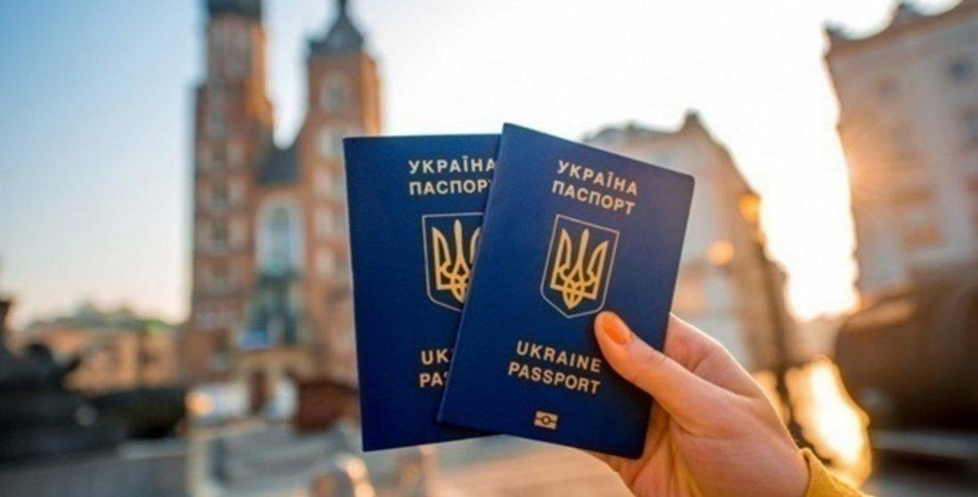 ЄС готовий тимчасово призупинити безвіз для українців