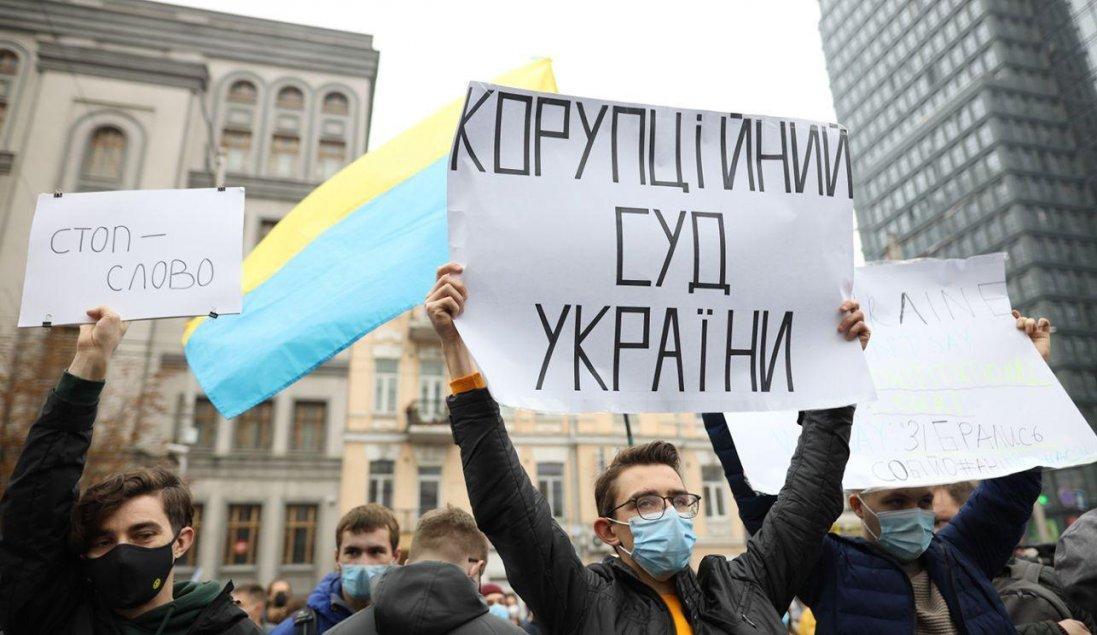 Протест під КСУ: суд закидали шинами і димовими шашками