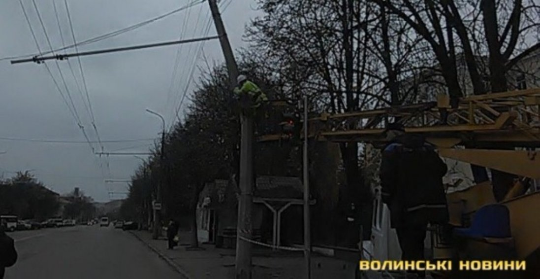 У Луцьку через тролейбус зламався стовп електроопори