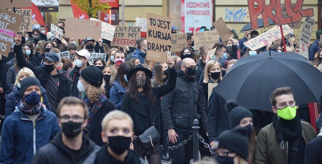 У Польщі поліція зупиняє протести сльозогінним газом