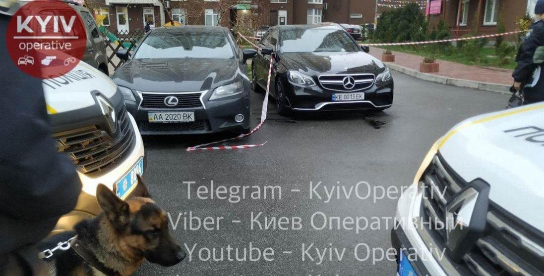 У Києві невідомі обстріляли елітне авто