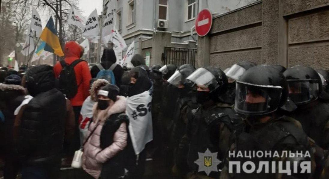 У Києві протестувальники заблокували нардепів у Раді