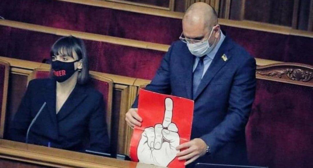 Нардеп приніс у Раду плакат зі середнім пальцем