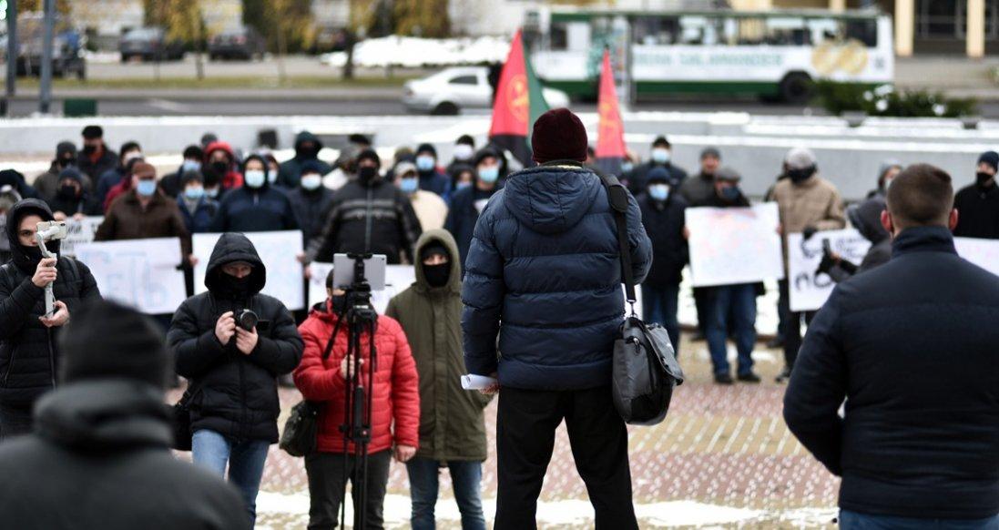 Оркестр, коза, плакати: як мітингували під Волинською ОДА
